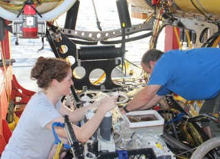 Jill and Sean wrestle with Texan engineering as they extract fluids from Chip's SUPR sampler.