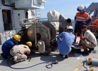 All hands on deck. Attaching the winch that will deploy the oceanographic moorings.
